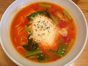 トマトラーメン+チーズとおろしにんにくトッピング