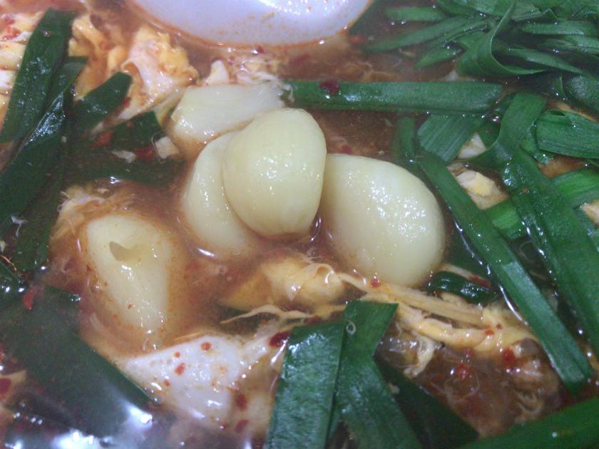 辛麺屋輪 宮崎店の辛麺にはにんにくゴロゴロ
