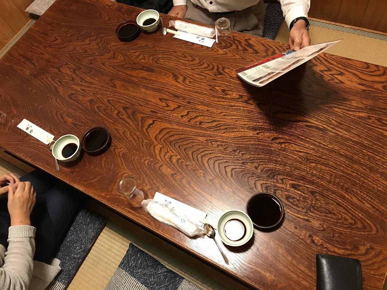 すし処勝正の看板のテーブル席