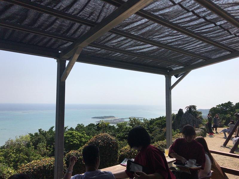 広大な海を眺めながらカフェが楽しめる