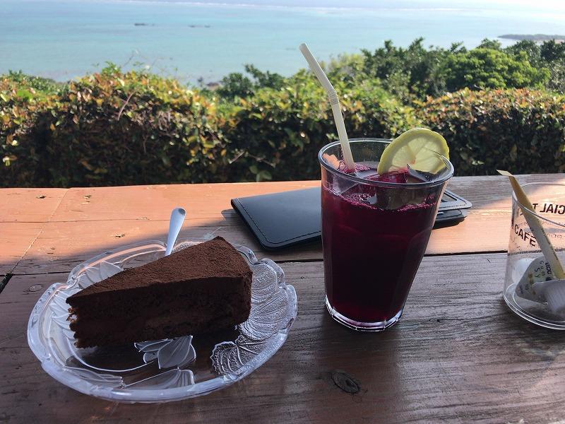 チョコレートケーキとハイビスカスティー